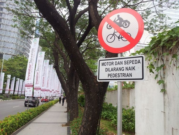Trotoar di kawasan SCBD, Jakarta selatan via Edo Rusyanto