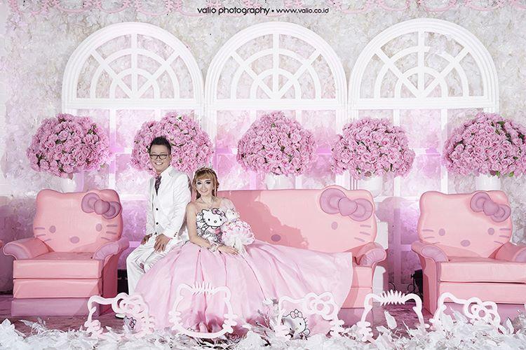 15 a pernikahan unik serba pink a la hello kitty pasangan ini tampil lucu dan serasi