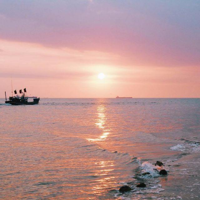 Pantai Tanjung Kalian, Muntok, Kabupaten Bangka Barat, Bangka.