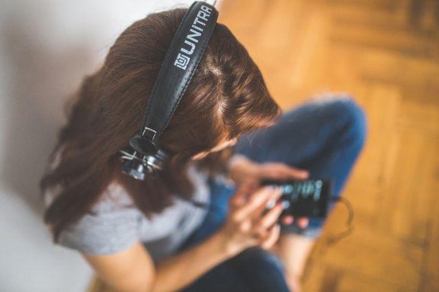 Dengerin musik aja~