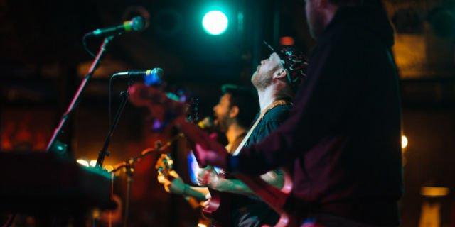 Gitaris di konser