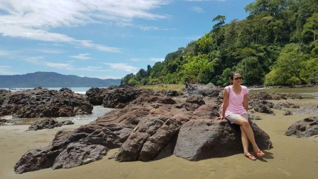 batu karang di sepanjang pantai rajegwesi