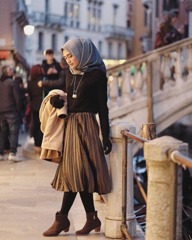 Tampil Kekinian Dengan Midi Skirt Untukmu Yang Berhijab Yuk Intip 11 Padu Padannya Berikut Ini
