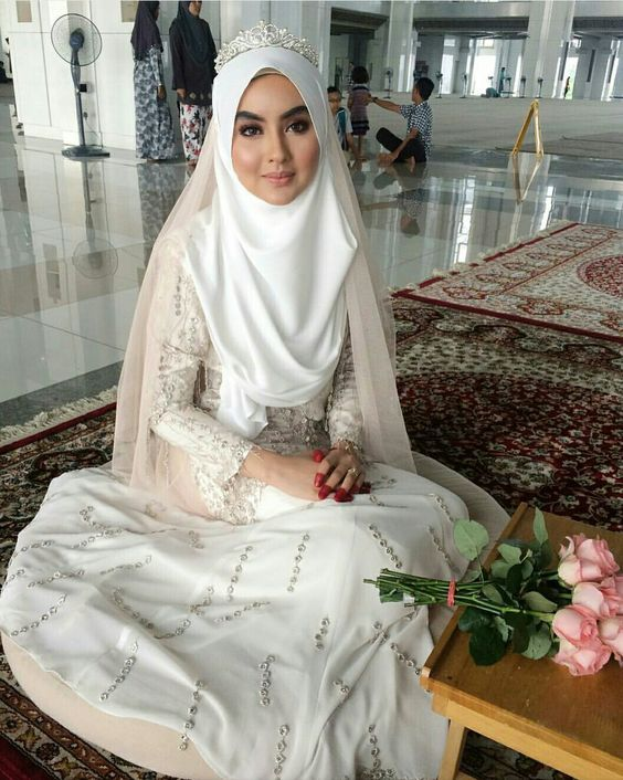 14 Inspirasi Gaun Pengantin Syari Berwarna Putih Tampil