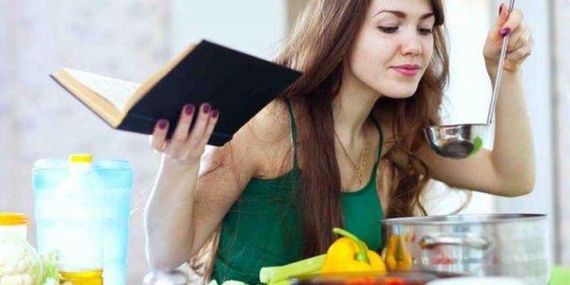 wanita memasak