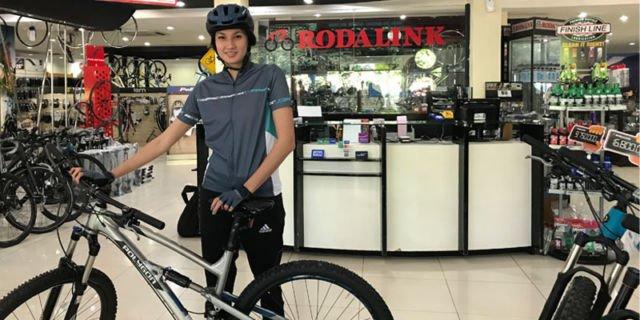 Nadine beserta sepedanya