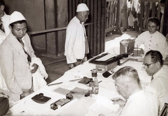 Pengecekan identitas calon jemaah haji oleh pemerintah Belanda via indonesia-zaman-doeloe.blogspot.co.id