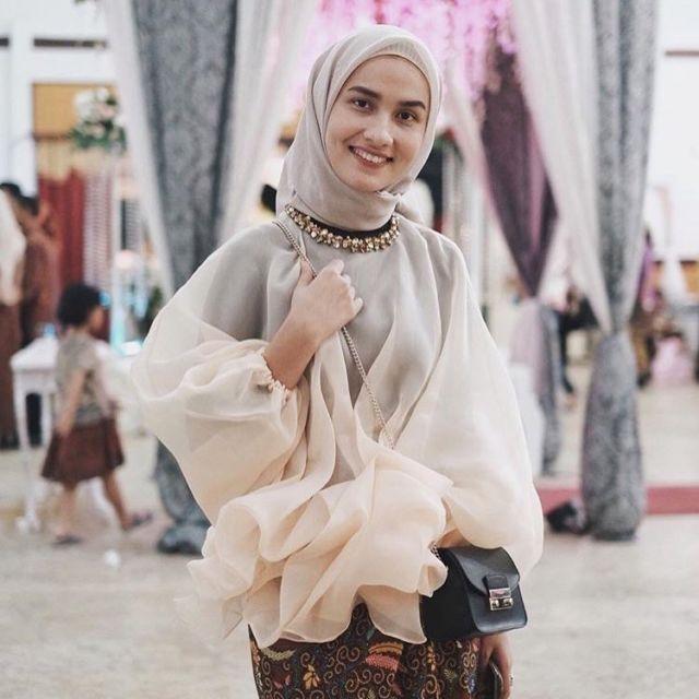 Pada dasarnya, model baju ini sedikit terinspirasi dari baju bodo khas Sulawesi Selatan. Namun, kamu bisa memodifikasinya dengan ruffle di salah satu sisi ...