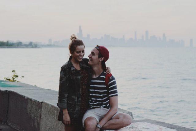 chicago-couple-date-hug