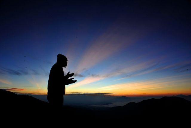 Berdoa memohon pada Tuhan