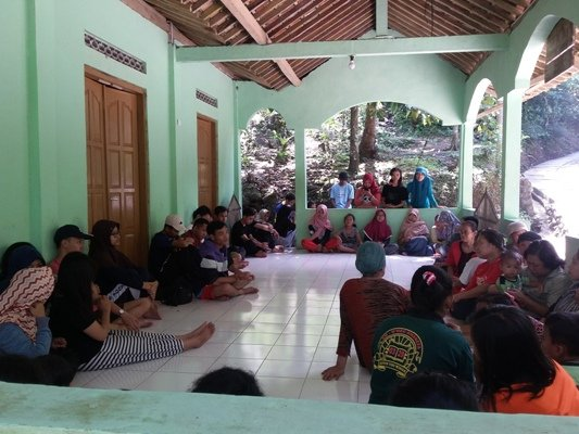 bersama warga desa
