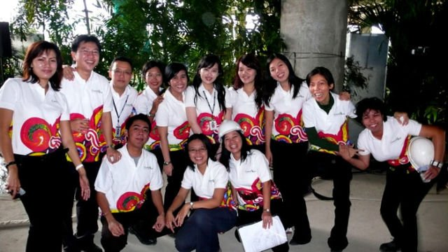 Pinky dahulu bersama rekan kerja di Indonesia