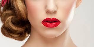 memakai lipstik