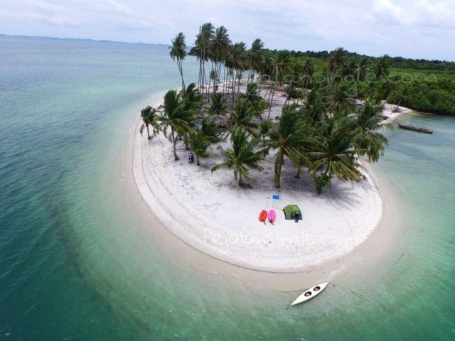Pantai di Pulau Rano