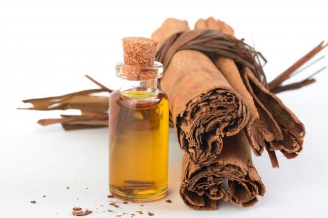 • Minyak kayu manis murni dan peppermint sangat efektif dalam membuat bibirmu tampak lebih berisi dan lebih cerah. Jika kamu tidak alergi terhadap bahan ini, kamu bisa menambahkan beberapa tetesnya ke lip balm atau lip glossmu.