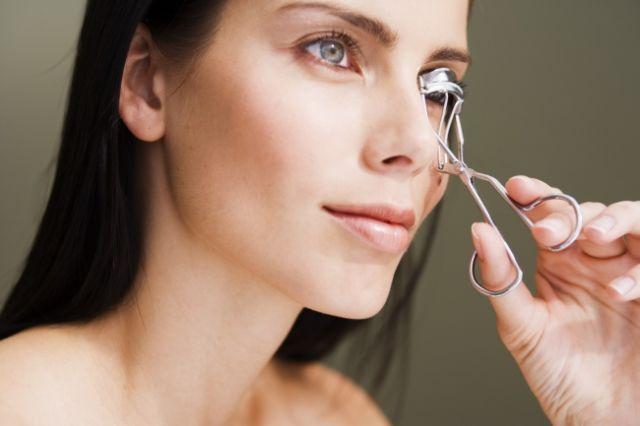 • Hangatkan penjepit bulu matau dengan pengering rambut selama beberapa detik sebelum menggunakannya. Trik ini akan membantumu menjaga bulu matamu untuk melengkung lebih lama.