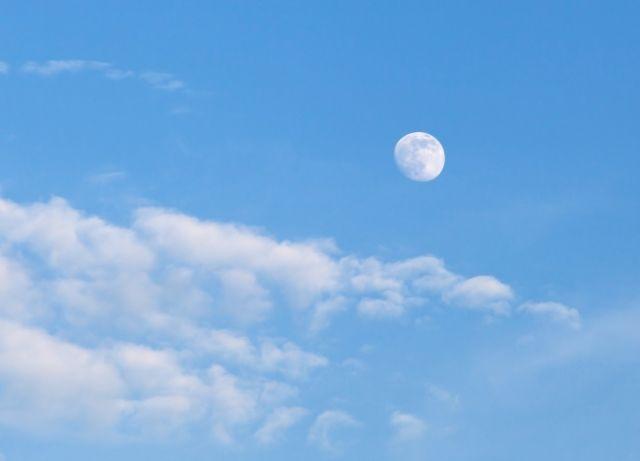 Mengapa kita sering melihat Bulan di siang hari?
