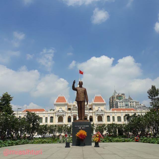 Patung Ho Chi Minh di Depan Ho Chi Minh Hall