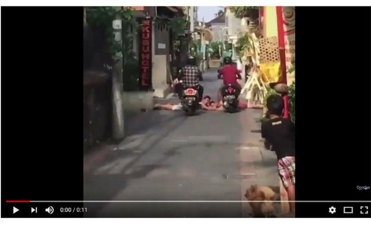 Viral, Turis Asing di Bali Berjemur di Jalan. Eh Dia Dilindas oleh Pengendara Motor Matik!