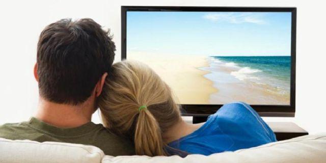 Menonton TV bersama Pasangan