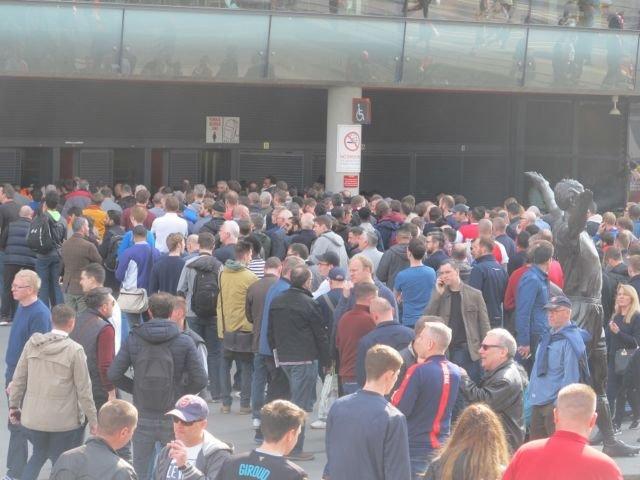Penonton sepak bola antri memasuki stadium