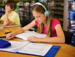 Anak belajar sambil mendegarkan musik
