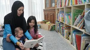 Ibu membaca bersama anak-anaknya