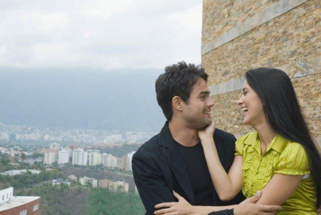 Tertawa bahagia bersama pasangan