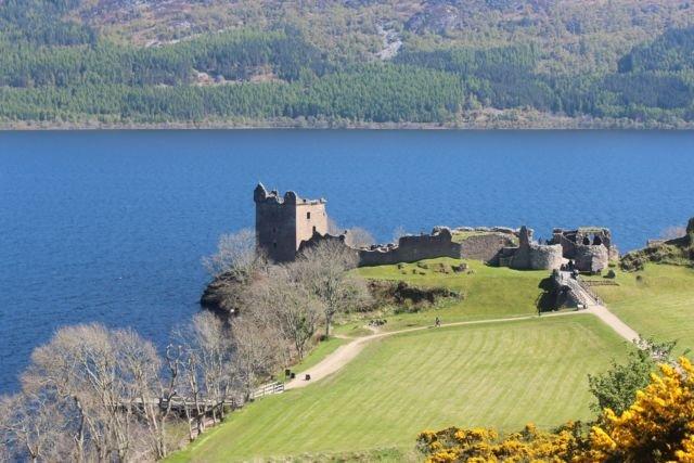 Urquhart Castle dilihat dari tepi jalan