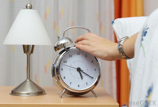 Kamu juga bisa membiasakan bangun pagi di hari libur agar cepat terlelap di malam hari