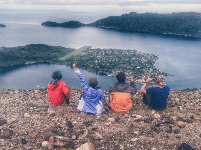 pemandangan pulau banda dari puncak gunung api