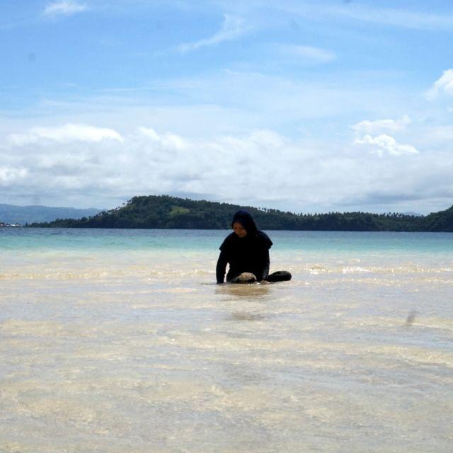 Bermain di Pulau Saronde