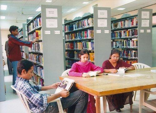 ilustrasi mahasiswa mencari referensi di perpustakaan