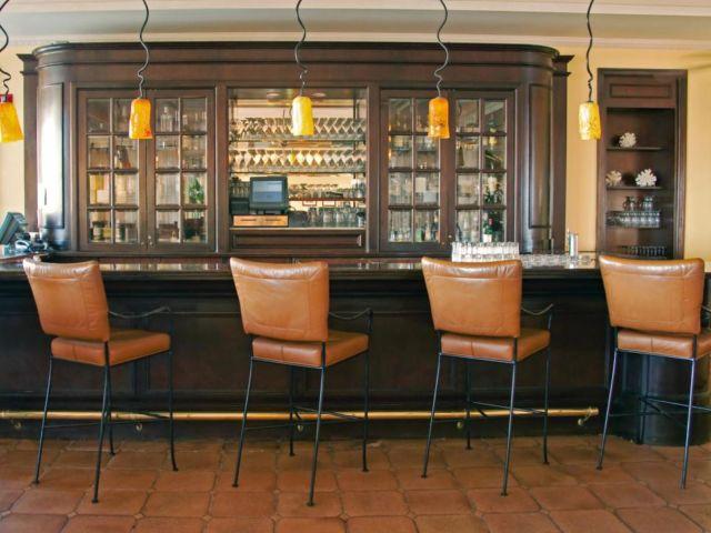 bar dengan kabin penyimpanan