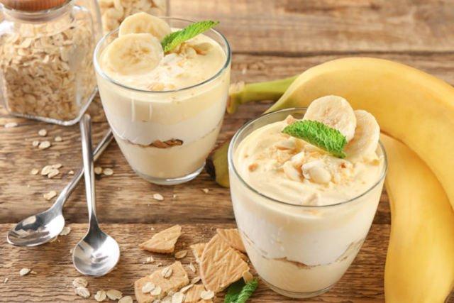 Banana pudding dengan tambahan stroberi