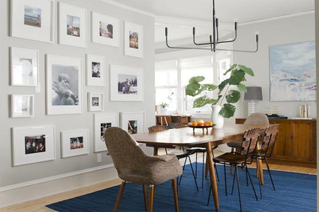 ruang makan dengan berbagai pajangan foto