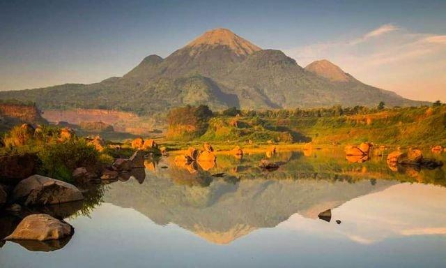 Gunung Penanggungan dari Ranu Manduro