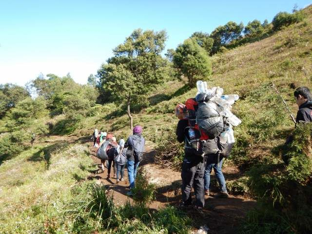 Pendaki membawa sampah turun gunung - Photo by Phinemo