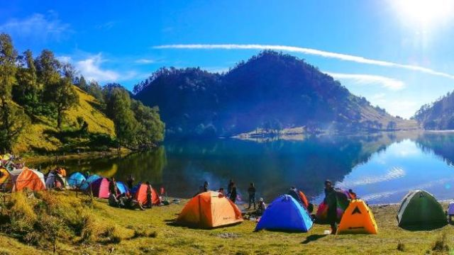 Ranu Kumbolo ketika cuaca cerah - Photo by Tripus