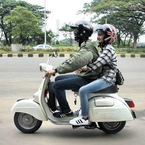 Romantisme berduaan di atas motor