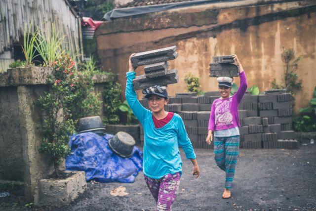 Angkut-angkut begini, apa kuat? Photo by Artem Bali from Pexels