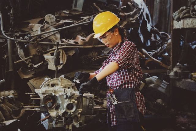 Kerja lapangan ala mekanik pabrik. Mengapa tidak? Photo by Chevanon Photography from Pexels