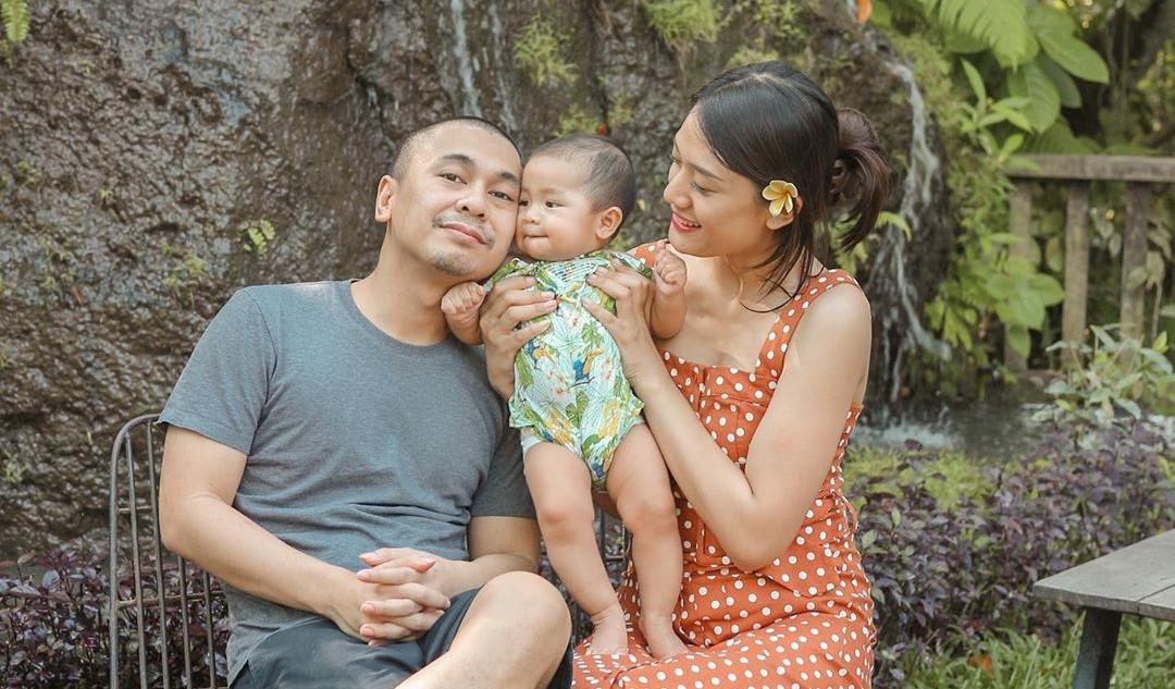 Putri Pertama Belum Genap Berusia 1 Tahun, Raditya Dika dan Istri ...